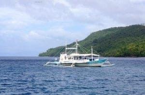 Pag-sisid sa paligid ng Magandang mga Isla ng Pilipinas - A small boat in a large body of water - Philippines